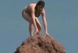 Traks skuķis lec no klints