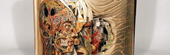 Pārsteidzošas skulptūras no vecām grāmatām